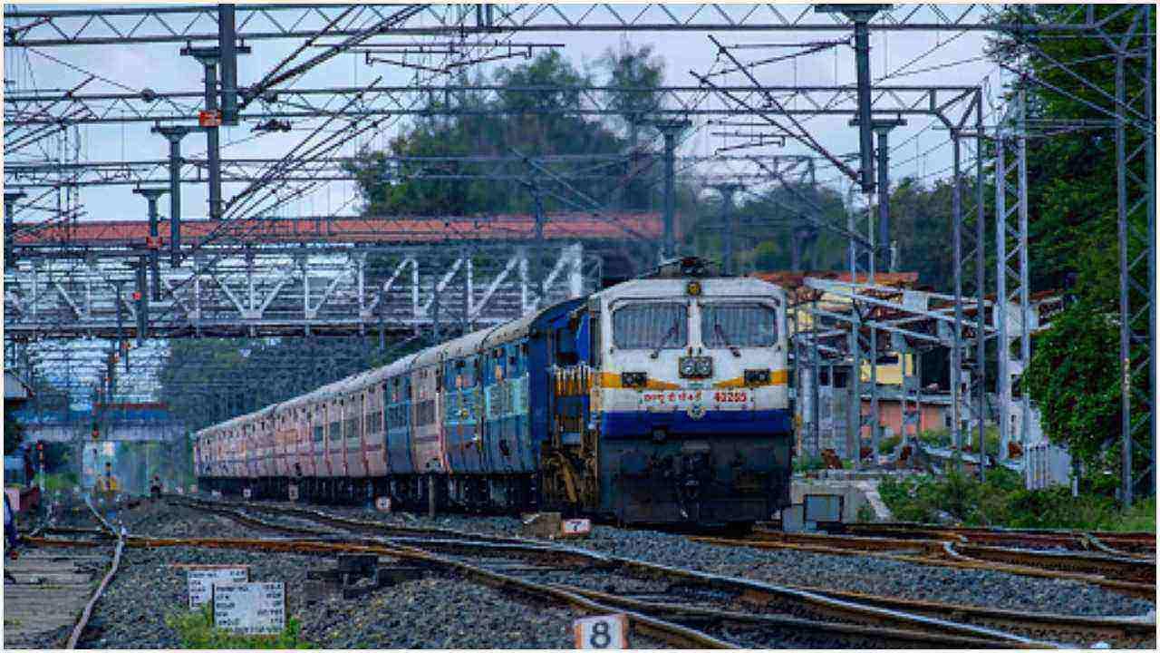 कस्बों से लेकर महानगरों तक बिछी पटरियों पर सरपट दौड़ती रेल भारत की लाइफलाइन मानी जाती है. हर दिन लाखों लोगों को उनके गंतव्य तक पहुंचाने वाली भारतीय रेल की रफ्तार एक बार फिर से लौट रही है. कोरोना संक्रमण के दौरान ट्रेनों को बंद कर दिया गया था. अब धीरे-धीरे गाड़ियों की संख्या बढ़ रही है. पूर्वोत्तर से लेकर दक्षिण भारत तक भारतीय रेल का नेटर्वक है. कश्मीर से कन्याकुमारी तक भी भारतीय ट्रेन सरपट दौड़ती है. मगर क्या आप जानते हैं कि सबसे लंबी दूरी वाली भारतीय ट्रेन कौन सी है.