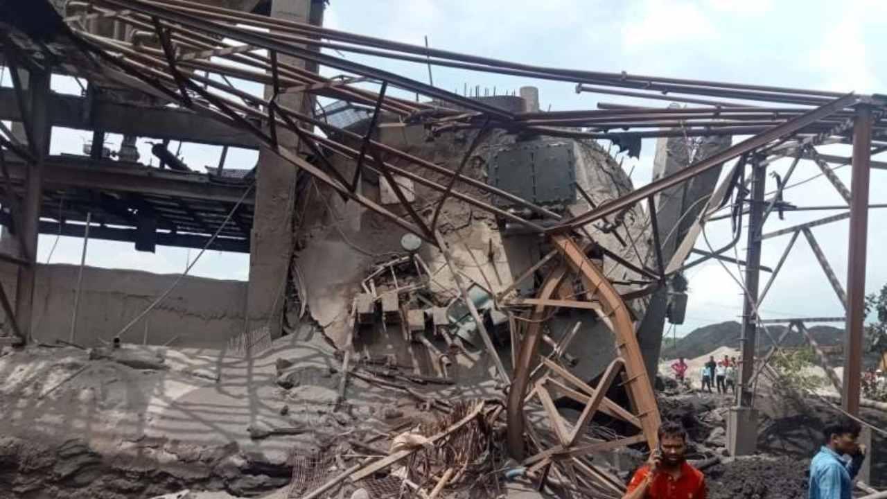 प्राइवेट कंपनी में सेलो टैंक गिरने से 3 मजदूरों की मौत...दो गंभीर हालत में अस्पताल नें भर्ती, राख जमा करने के दौरान हुआ हादसा