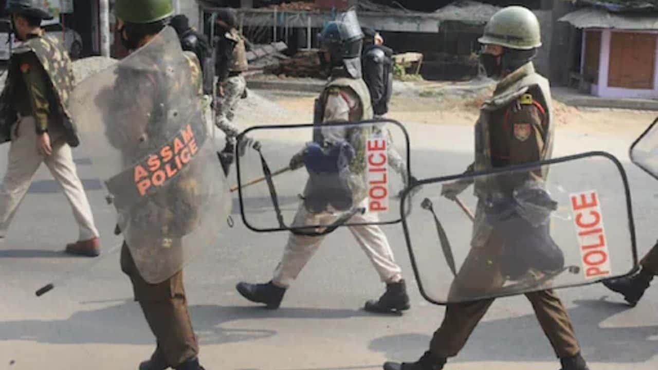 असम: टॉयलेट जाने का बहाना कर पुलिस की गिरफ्त से भागा, मुठभेड़ में कई मामलों का आरोपी बदमाश घायल