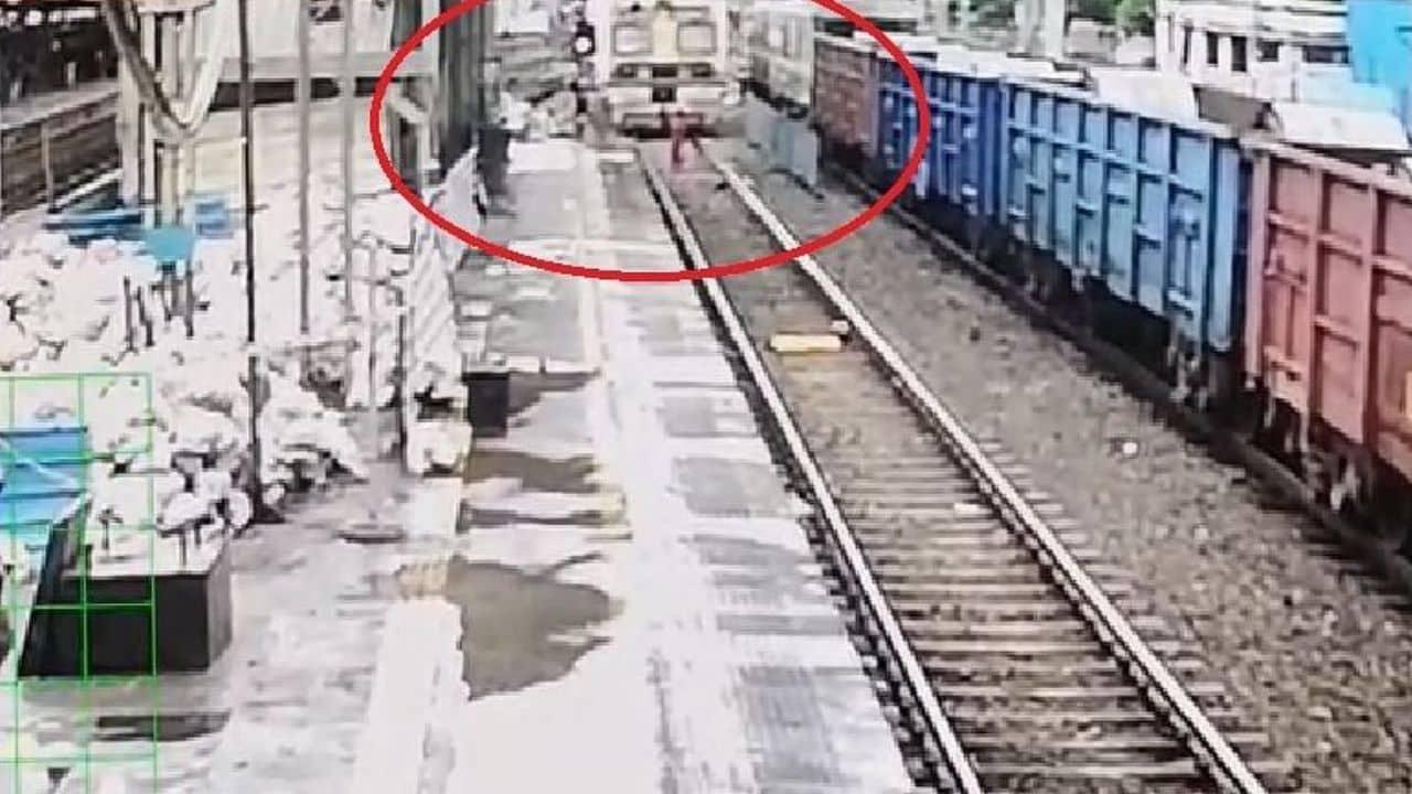 CCTV Video: मुंबई लोकल के सामने अचानक एक महिला खड़ी हो गई, मोटरमैन ने मुस्तैदी दिखाते हुए चलती ट्रेन रोकी, निराशा में उठाया था कदम