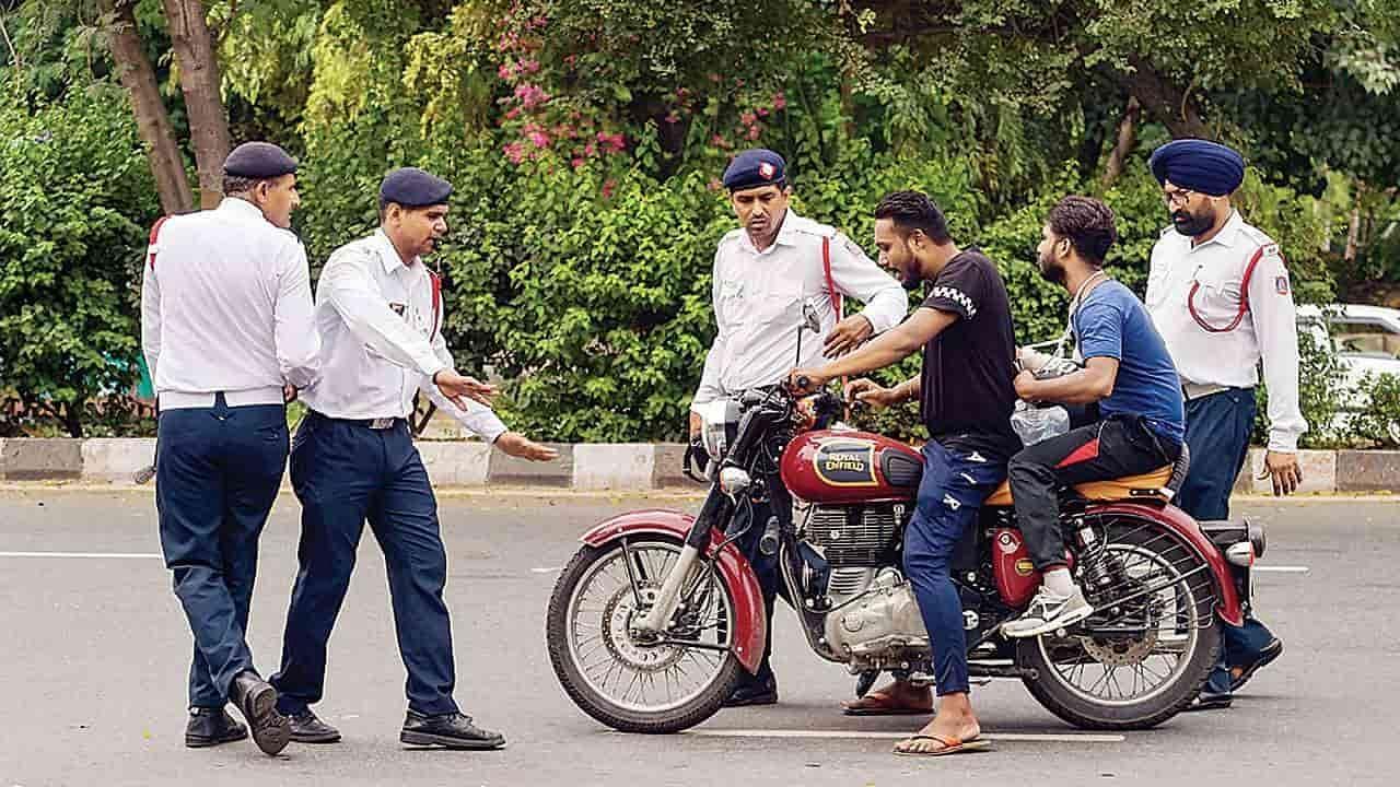 Delhi Traffic Rules: दिल्ली में अब बिना इस कागज के गाड़ी चलाते पकड़े जाने पर लाइसेंस होगा रद्द, 10000 का जुर्माना भी लगेगा