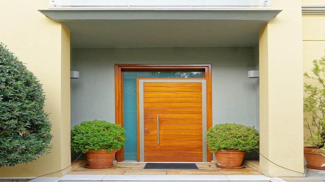 Door Vastu Dosh : बड़ी परेशानियों को बुलावा देते हैं दरवाजों से जुड़े वास्तु दोष, समय रहते ही जरूर दूर कर लें