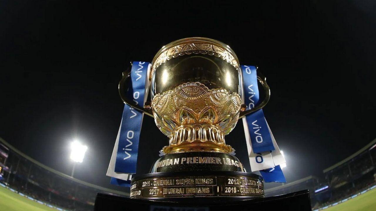आईपीएल 2021 को मई के पहले सप्ताह में बीच में ही रोक दिया गया था क्योंकि लीग के बायो बबल में कोरोना ने सेंधमारी कर दी थी. कोलकाता नाइट राइडर्स के वरुण चक्रवर्ती और संदीप वॉरियर कोविड से संक्रमित पाए गए थे और फिर चेन्नई सुपर किंग्स के के सपोर्ट स्टाफ में भी इस महामारी के मामले सामने आए थे जिसके चलते बीसीसीआई ने इसे बीच में ही रोक दिया था. अब लीग का दूसरा चरण 19 सितंबर से संयुक्त अरब अमीरात में शुरू हो रहा है. हर टीम को कोशिश होगी की वह इस चरण में अच्छा कर प्लेऑफ में जगह बनाए. लीग की चार टीमें प्लेऑफ में पहुंचेंगी. कैसे किस टीम को इस दौर में एंट्री मिलेगी हम बात रहे हैं आपको. (Pic Credit IPL)