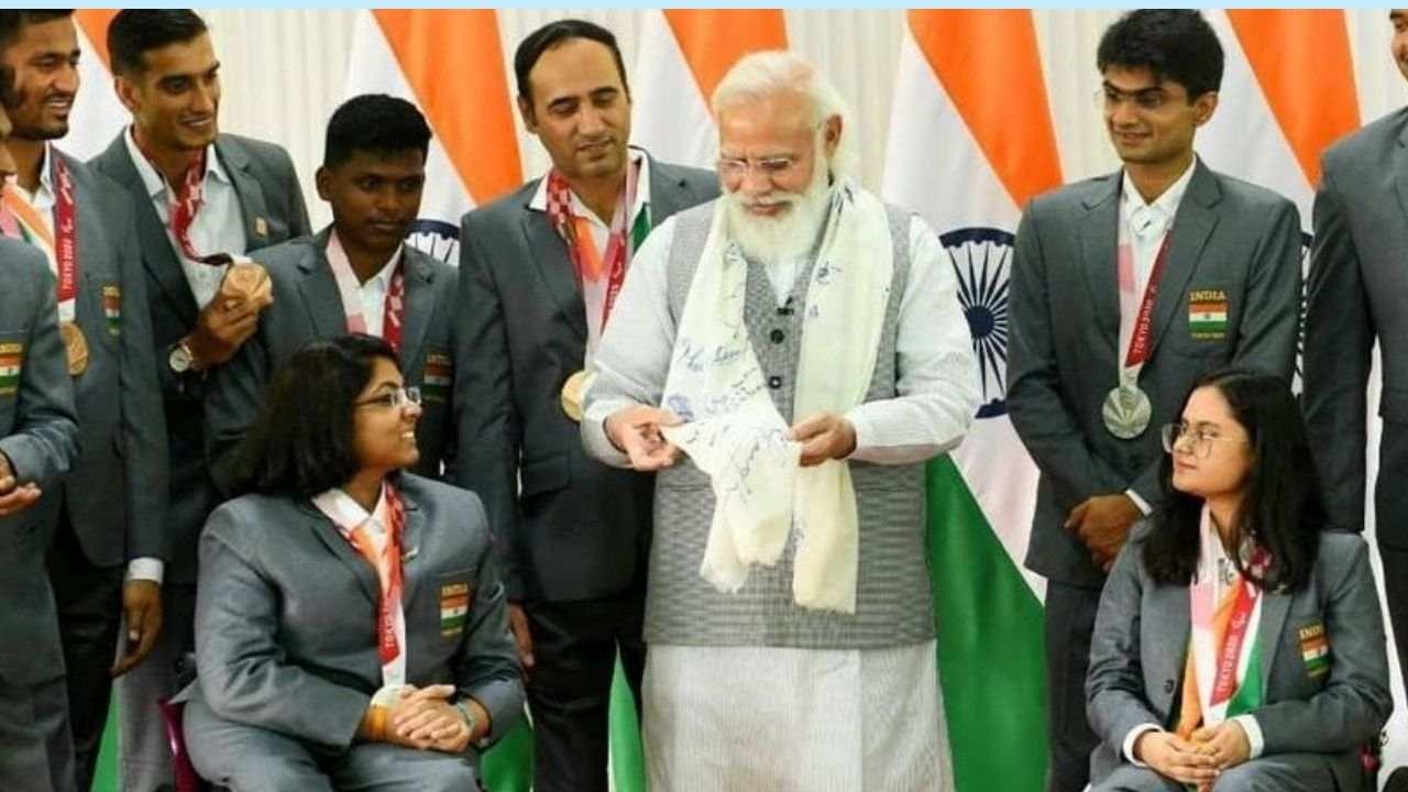 भारतीय प्रधानमंत्री नरेंद्र मोदी ने टोक्यो पैरालिंपिक खेलों में मेडल जीतकर लौटे खिलाड़ियों से हाल ही में मुलाकात की. रविवार को पीएमओ के ट्विटर हैंडल से इस मुलाकात का खास वीडियो शेयर किया गया जिसमें खिलाड़ी प्रधानमंत्री मोदी से अपने करियर और संघर्ष के बारे में बात करते दिखाई दिए. सभी ने मिलकर पीएम को सभी मेडलिस्ट का साइन किया हुआ शॉल भी तोहफे में दिया.
