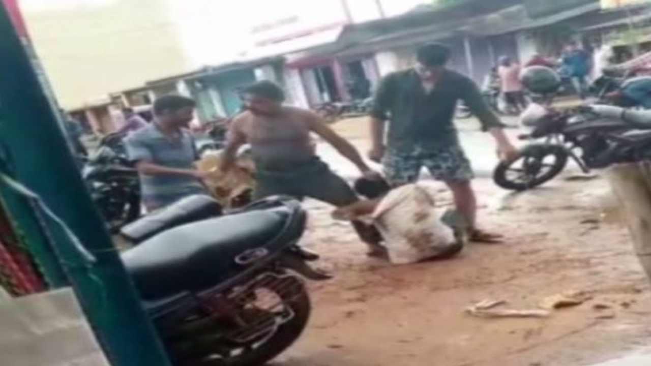 Odisha: खाने के 5 रुपए कम देने पर होटल मालिक और उसके बेटे ने ग्राहक को दिनदहाड़े पीटा, पुलिस ने किया गिरफ्तार