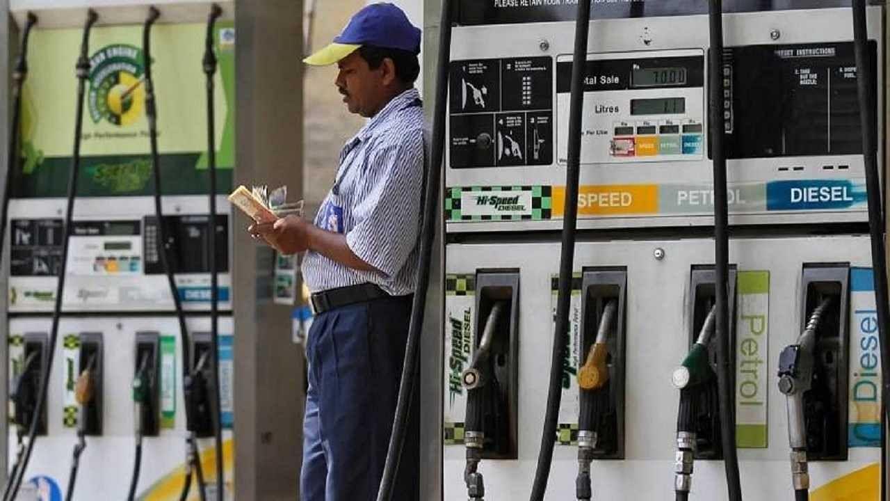 Petrol Diesel Price Today: कच्चे तेल के बढ़े दाम, फटाफट चेक करें आपके शहर में महंगा या सस्ता हुआ पेट्रोल-डीजल
