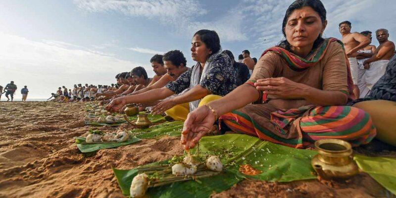 Pitru Dosh remedies : जब कुंडली में लगे पितृदोष का ग्रहण तो दूर करने के लिए करें ये महाउपाय
