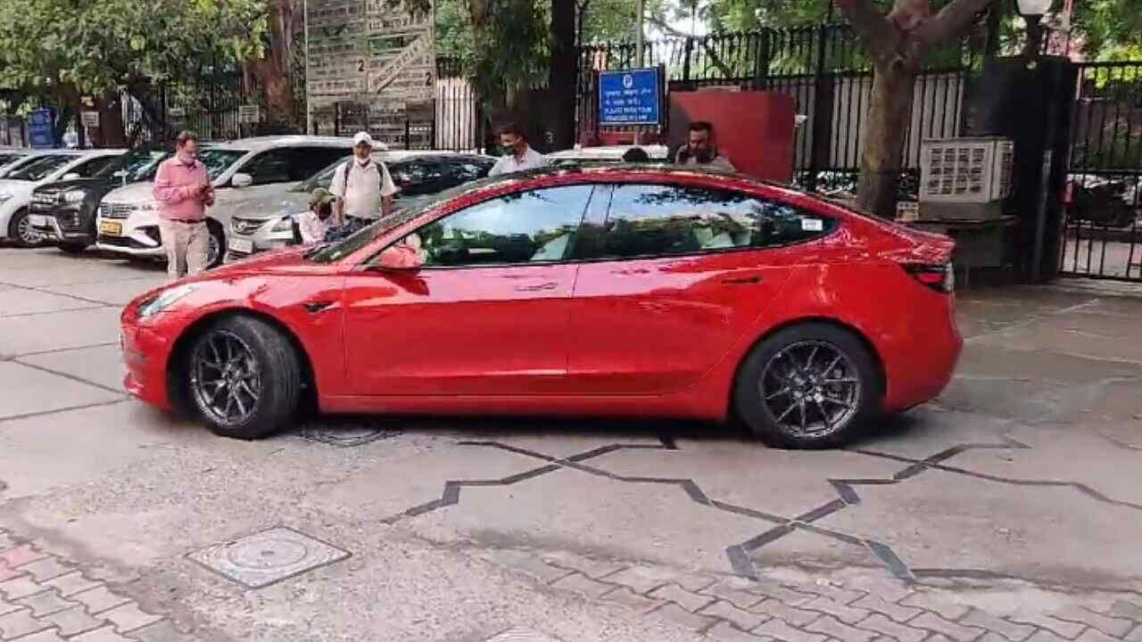 भारत में जल्द लॉन्च हो सकती है Tesla कार, टेस्ला ऑफिसर के साथ दिल्ली में टेस्ट ड्राइव लेते नजर आए MoRTH सेक्रेटरी