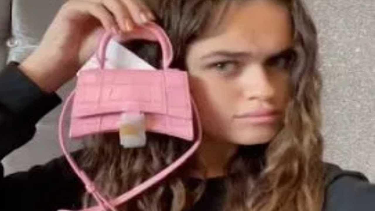 भारी-भरकम रकम खर्च कर महिला ने खरीदा बैग, साइज में इतना छोटा कि कैश रखना तक हो रहा मुश्किल