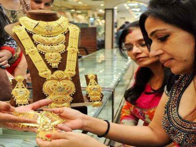सोने की कीमत में हुई 10,000 रुपये की भारी गिरावट, निवेश के नजरिए से कैसा है मौका