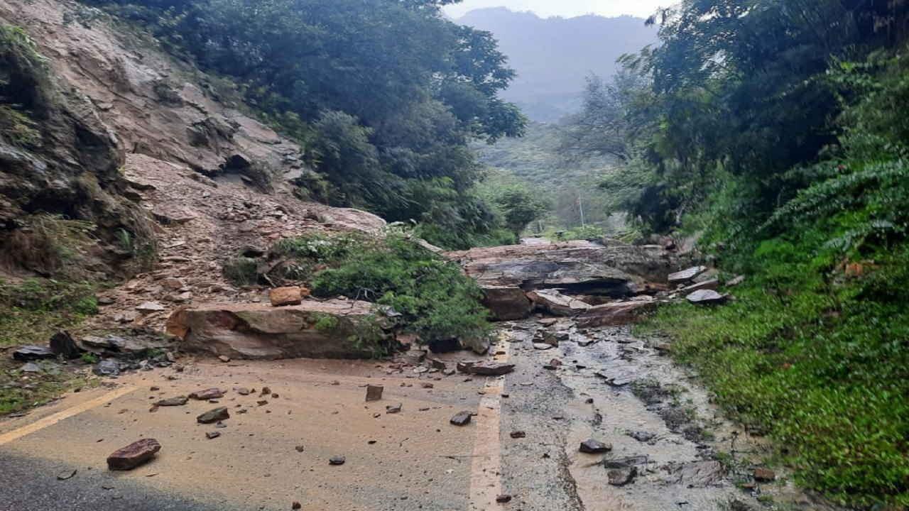 Uttarakhand Rain Update: दो दिन भारी बारिश का अलर्ट जारी, भूस्खलन के बाद गंगोत्री हाईवे बंद; शिमला में पुल गिरने से आवाजाही रुकी