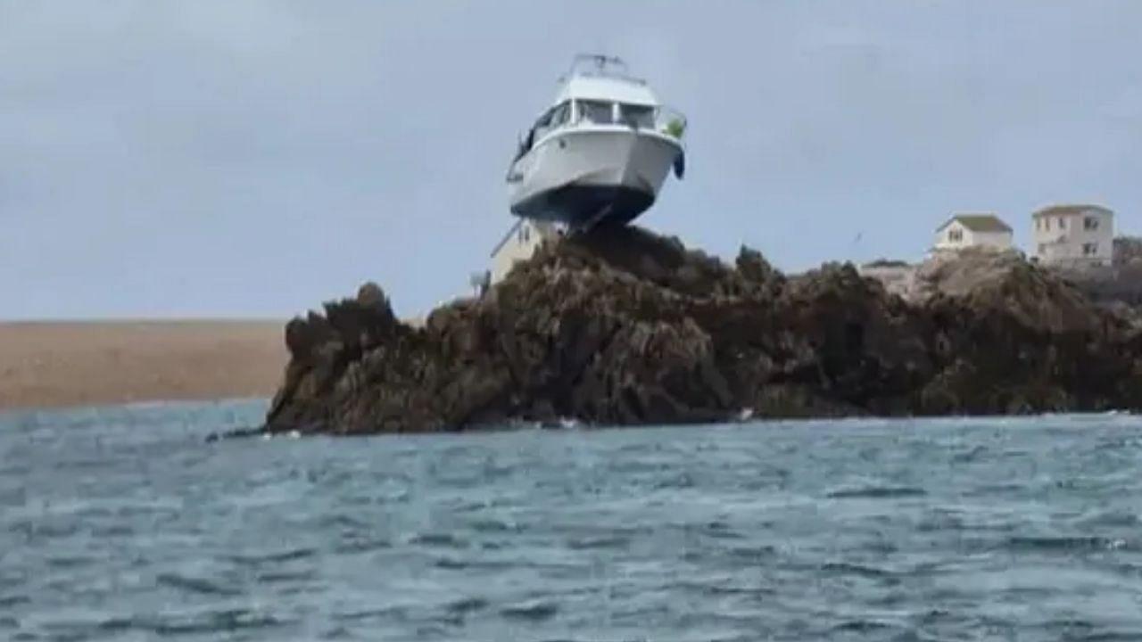 Weird News: 12 घंटे तक चट्टान के ऊपर यूं फंसी रही नाव, जिसने भी देखा रह गया हैरान
