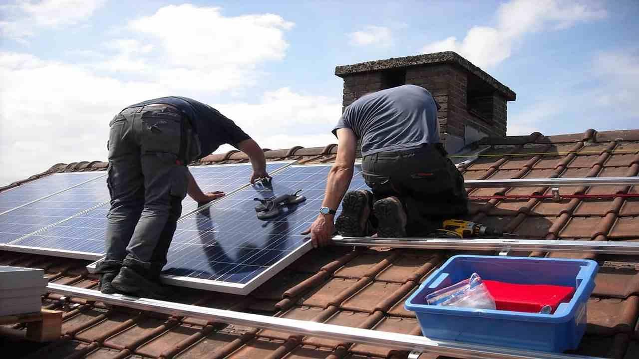 Solar Panel Rooftop Cost: आपके घर का बिजली बिल कितना आता है? 800-1000 रुपये या फिर 1500-2000 रुपये या इससे भी ज्यादा? सालाना मोटा-मोटी एक-सवा लाख का खर्च तो होगा ही. इस खर्च से आजादी चाहेंगे? जी हां, फ्री इलेक्ट्रिसिटी की ही बात हो रही है. इसके लिए आपको घर की छत पर सोलर पैनल लगवाना है बस! आप पूरी तरह इसे अपने खर्च से भी लगवा सकते हैं और सरकार की मदद से भी.