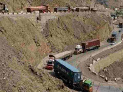 अफगानिस्तान: सीमा पर रोके गए दवाओं से भरे 50 से ज्यादा ट्रक, यूनियन फार्मसी ने दी मेडिकल सप्लाई की भारी कमी की चेतावनी