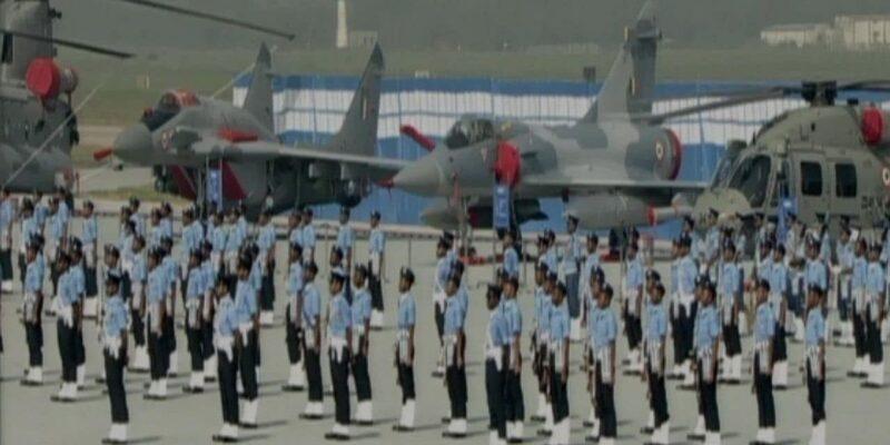 Air Force Day 2021: वायुसेना के जांबाजों ने आसमान में दिखाए अनोखे करतब, एयर चीफ मार्शल वी आर चौधरी ने दिए मेडल