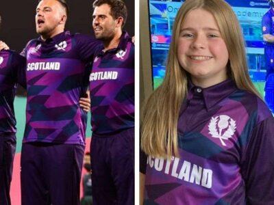 स्कॉटलैंड की जर्सी बैंगनी रंग की है जिसमें उसके अलग-अलग शेड की स्ट्राइप है. इस जर्सी पर सफेद रंग से स्कॉटलैंड लिखा हुआ और स्कॉटलैंड क्रिकेट का एंबेलम बना हुआ है. यह जर्सी काफी स्टाइलिश है जो फैंस को भी काफी पसंद आ रही है.