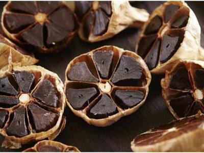 Black Garlic Benefits : हाई ब्लड प्रेशर और कोलेस्ट्रॉल को कम करने में मददगार है काला लहसुन