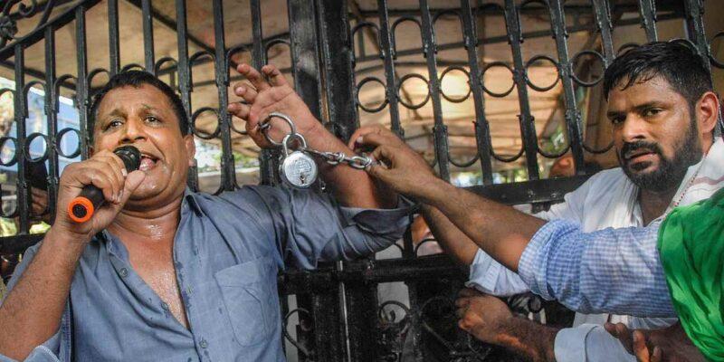 आबादी के मुद्दे पर किसानों ने घेरा नोएडा प्राधिकरण का ऑफिस, पुलिस के साथ हुई झड़प