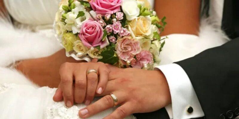 अपने बॉयफ्रेंड के पिता से लड़की ने रचाई शादी, वजह जान रह जाएंगे हैरान