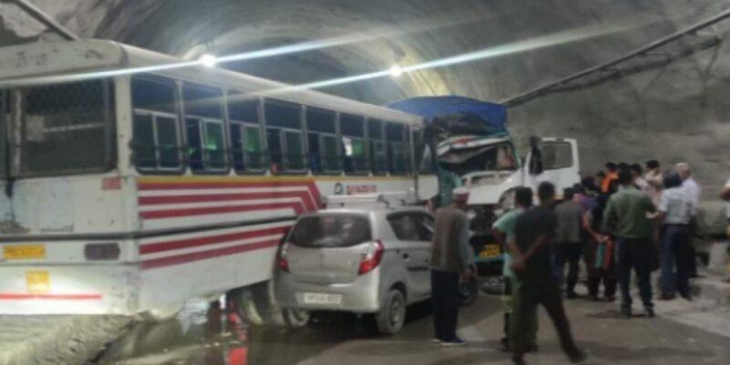 हिमाचल प्रदेश: टनल के अंदर हुई बस और ट्रक की भयानक टक्कर, एक की मौत, 14 लोग जख्मी