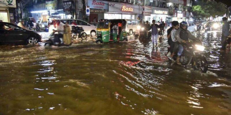 हैदराबाद में बारिश से बिगड़े हालात, डूबी सड़कें..तैरती नजर आईं गाड़ियां, घरों-दुकानों में घुसा पानी