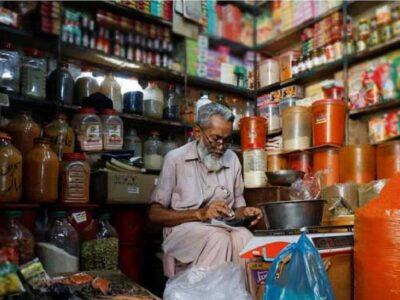 पाकिस्तान में 70 सालों में सबसे ऊंचे स्तर पर महंगाई, आसमान पर पहुंची आटा, तेल और चीनी की कीमतें, पेट्रोल में फिर लगेगी 'आग'