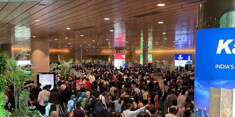 Mumbai: नवरात्रि के मौके पर एयरपोर्ट पर भारी भीड़ के बीच अफरा-तफरी का माहौल, लंबी लाइनों की वजह से छूट गई फ्लाइट