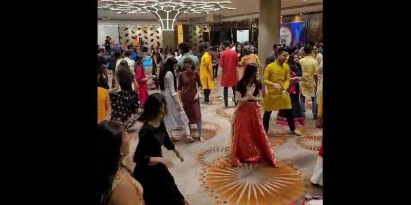 Mumbai : सांताक्रुज के एक मॉल में गरबा नाइट का वीडियो वायरल, कोरोना नियमों के उल्लंघन के चलते पुलिस ने दर्ज किया मामला