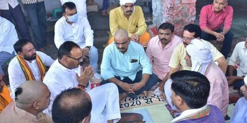 विपक्ष ने किसान तो भाजपा ने खेला ब्राह्मण कार्ड, लखीमपुर हिंसा में मारे गए ड्राइवर हरि ओम मिश्रा के घर पहुंचे ब्रजेश पाठक