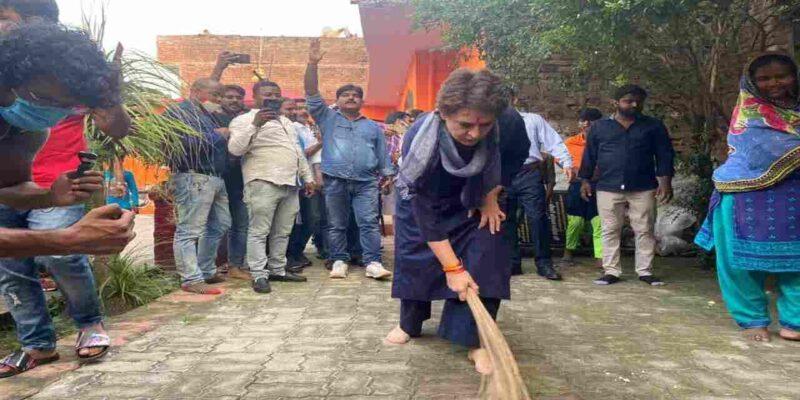 प्रियंका गांधी ने दलित बस्ती में जाकर फिर लगाई झाड़ू, CM योगी ने कसा था सीतापुर गेस्ट हाउस में सफाई करने पर तंज