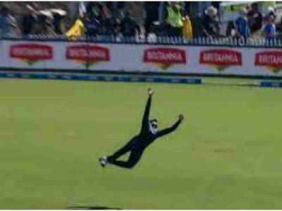 T20 World Cup 2021: 35 साल के खिलाड़ी ने बाएं हाथ से चलाया ऐसा चक्कर, पहली ही गेंद पर सरेंडर बोल गया ये धुरंधर!