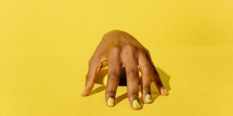 Yellow Nails: नाखून के पीले होने की समस्या आमतौर पर संक्रमण या फिर नेल पॉलिश जैसे किसी प्रॉडक्ट के रिएक्शन के कारण हो सकते हैं. नाखूनों के पीले पड़ने का कनेक्शन आपके हृदय से भी हो सकता है. इसलिए डॉक्टर से मिलने की सलाह दी जाती है.  (सांकेतिक तस्वीर)