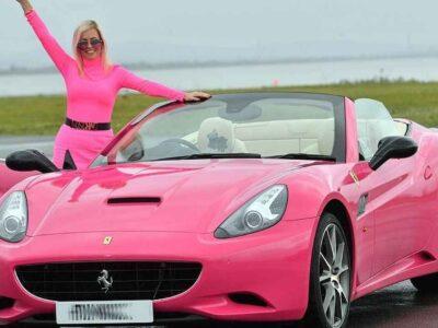पिंक कलर की दीवानी है ये महिला, कपड़े से लेकर फरारी कार भी गुलाबी; अब बेचना चाहती है अपना 'पिंक पैलेस'