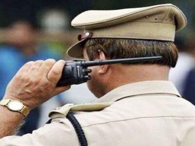 उत्तर प्रदेश : फर्जी दरोगा कर रहा था ठगी, पुलिस ने किया गिरफ्तार, बरामद हुई वर्दी, पैसे और नकली मुहर