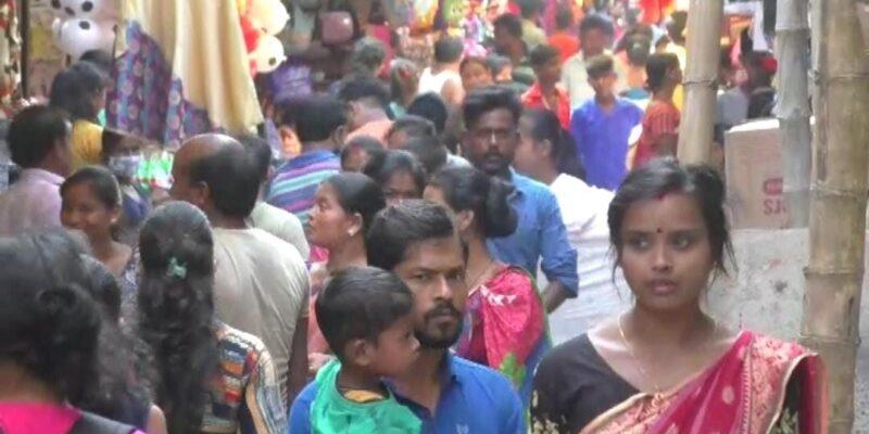 West Bengal Durga Puja: दुर्गा पूजा में कोरोना प्रोटोकॉल की उड़ी धज्जियां, कोलकाता से लेकर जिलों तक में उमड़ी भीड़