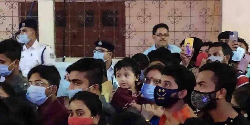 West Bengal Durga Puja: महासप्तमी पर पूजा पंडालों में उमड़ी भीड़, कोरोना की पॉजिटिविटी रेट में हुई वृद्धि