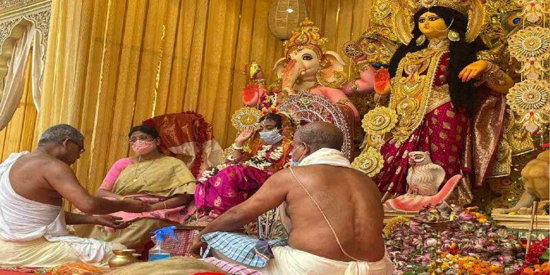 West Bengal Kanya Pujan: पश्चिम बंगाल में महानवमी पर राज्य भर मेंदुर्गा पूजा पंडालों में कन्यापूजन की रही धूम
